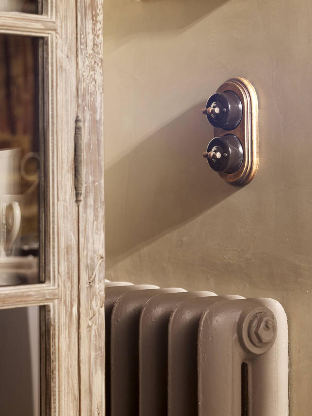 interruptors antics marrons sobre fusta imitació carcoma 635
