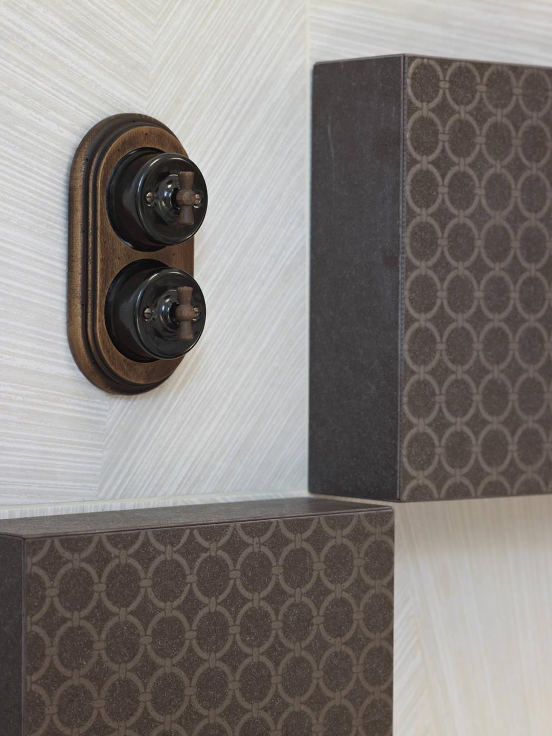 interruptors antics marrons, sobre rajoles gris i marró. 645